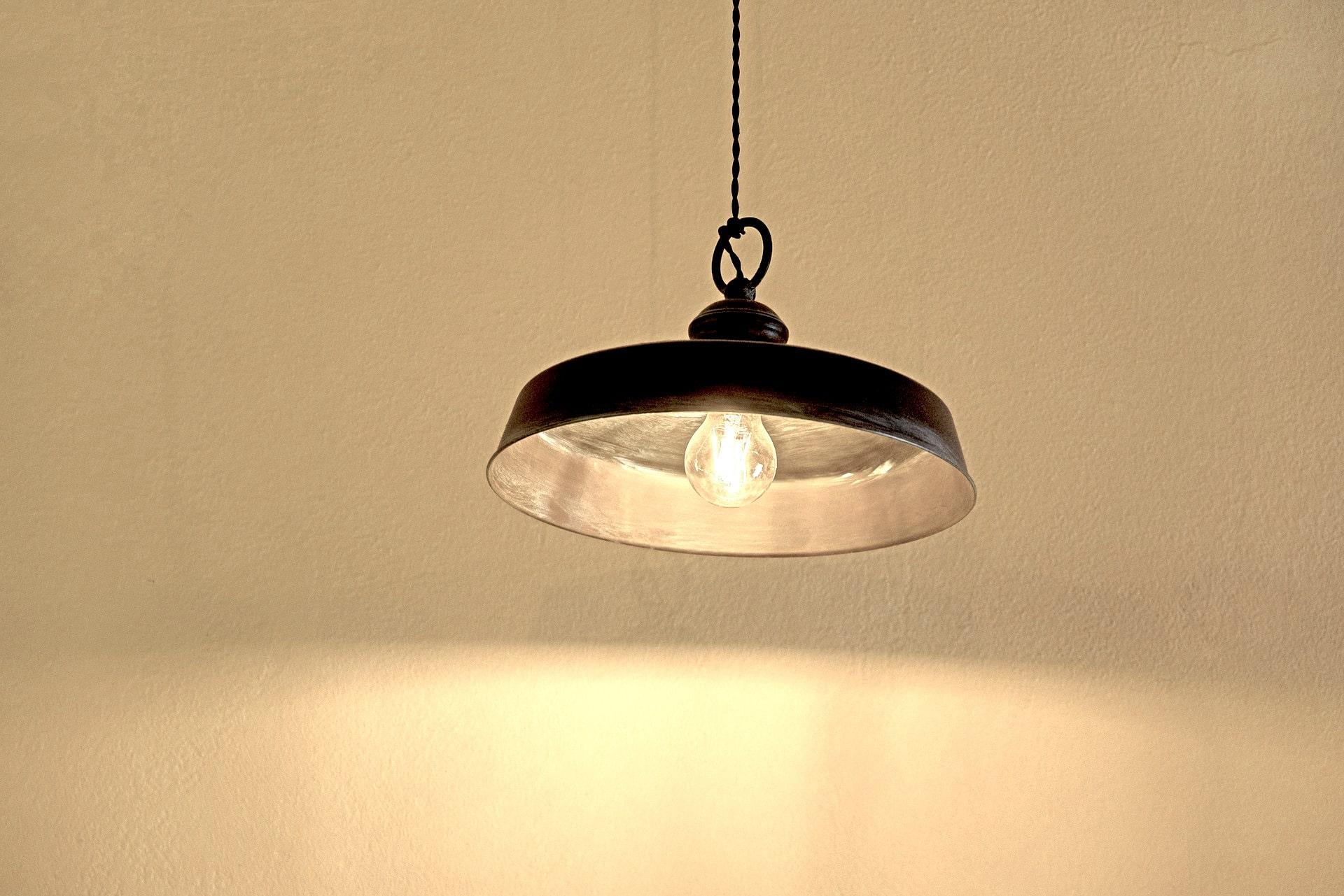 Goulotte Pour Plafond l'installation d'un plafonnier sans arrivée électrique