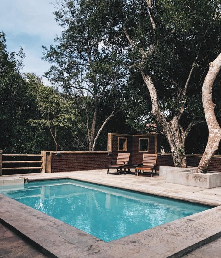 Petite piscine dans le jardin d'une maison