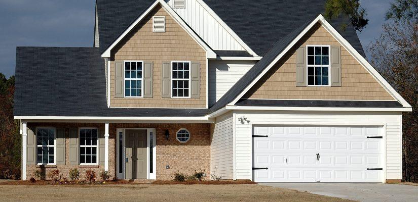 maison neuve avec une allée et un garage