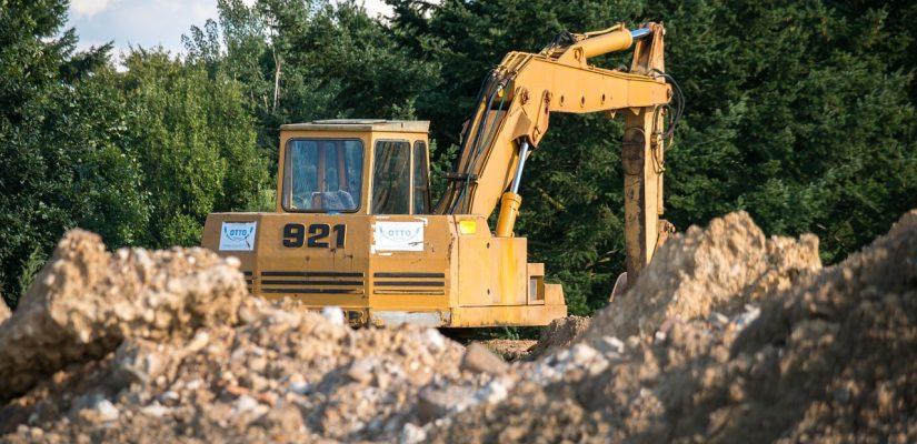 travaux réalisés sur un terrain à l'aide d'un engin de chantier