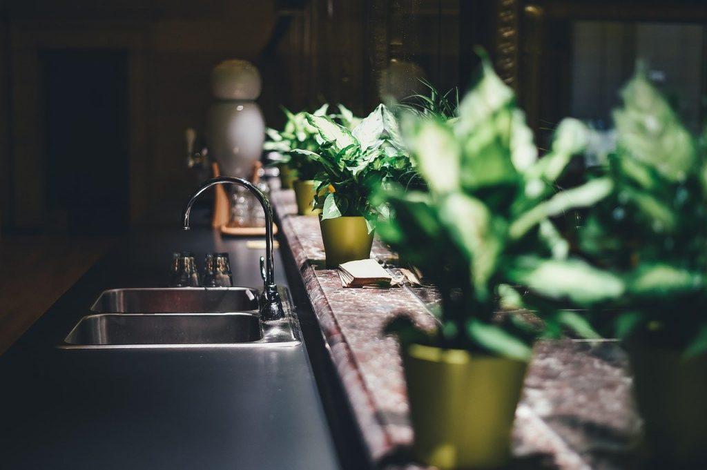 évier et plan de travail de cuisine