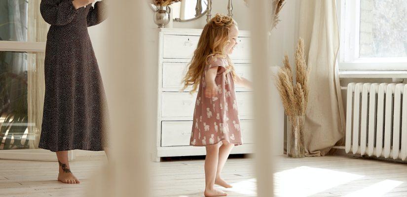 Petite fille qui court près d'un radiateur