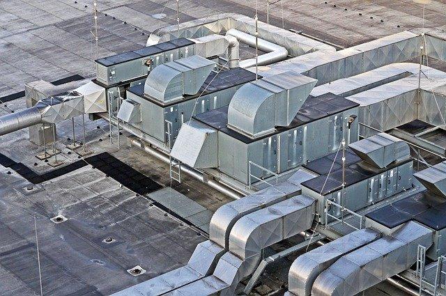 aérations sur un toit d'immeuble