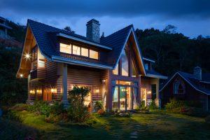 maison en bois dans la nuit